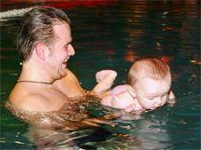 bebe_piscina