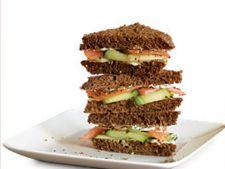 Sandwich din castravete si somon afumat