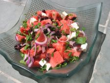 Salata de pepene rosu cu ceapa, lime, menta si branza