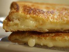 Sandwich cu paine prajita si branza