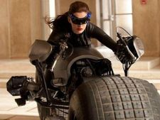 Imagini din The Dark Knight Rises. Anne Hathaway calareste Batpod-ul! (VIDEO)