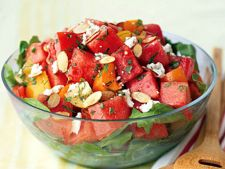Salata de rosii cu pepene rosu, avocado si plante aromatice