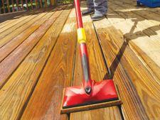Cum cureti o podea exterioara din lemn