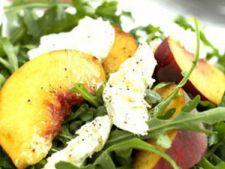 Salata de piersici si mozzarella