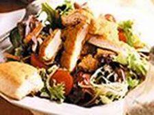 Salata de pui cu legume si plante aromatice