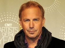 Kevin Costner isi face singur curat in camera de hotel
