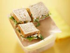 Sandwich cu sfecla, branza, castravete