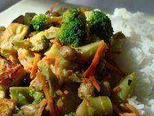 Mancare chinezeasca: orez cu broccoli si morcovi