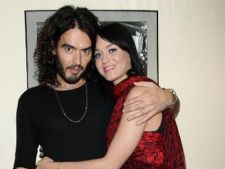 Russell Brand imbraca hainele lui Katy Petty