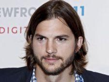 Ashton Kutcher i-a cumparat o masina lui Demi Moore