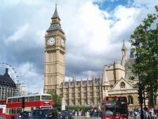 Londra prelungeste restrictiile de munca pentru romani