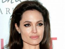 Angelina Jolie ia sfaturi de la echipa de productie