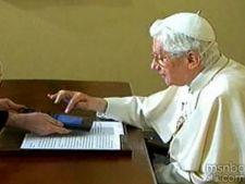 Papa Benedict a aprins luminitele de Craciun de pe o tableta cu Android