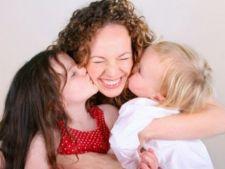 Imbratisarea parintilor, esentiala in copilarie