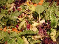 Salata verde cu migdale si bacon