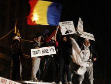 Protestatarii nu renunta - isi cer drepturile pasnic, dar alunga politicienii