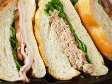 Sandwich cu legume, carne, salata si hummus