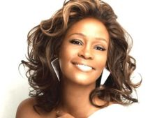 Noi ipoteze privind moartea cantaretei Whitney Houston