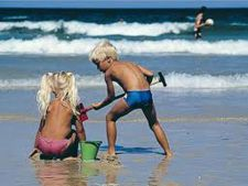 Cum ai grija de copii pe plaja, in vacanta