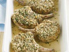 Cotlete de porc in crusta de ierburi aromate