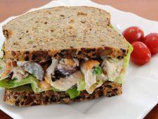 Sandwich cu salata de pui si marar