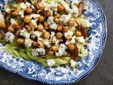 Salata cu telina, branza albastra si alune