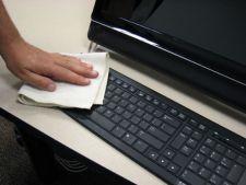 Curatarea obiectelor de pe birou