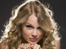 Taylor Swift ar putea interpreta rolul cantaretei Joni Mitchell