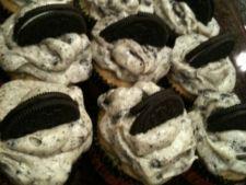 Cupcakes cu biscuiti Oreo si crema de branza
