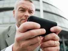 Studiu: Angajatii cu smartphone muncesc mai mult