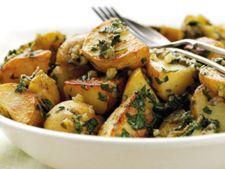 Salata de cartofi noi cu salsa verde