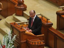 Traian Basescu a ajuns la sediul de campanie si a oferit jurnalistilor umbrele