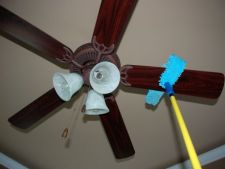 Curata ventilatorul de plafon in 3 pasi
