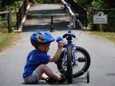 Cum iti inveti copilul sa mearga pe bicicleta