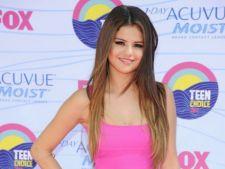 Inspira-te din tinutele vedetelor de la Teen Choice Awards!
