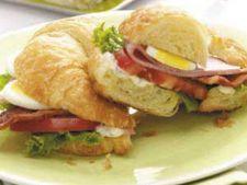 Sandwich cu salata Cobb
