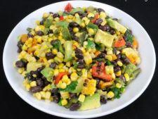 Salata cu porumb copt, fasole neagra si ardei poblano