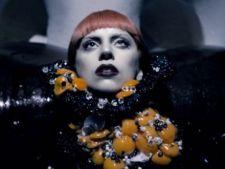 Lady Gaga isi promoveaza parfumul purtand un colier din galbenusuri de ou