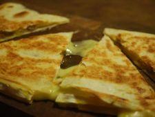 Quesadilla cu branza Brie si piersici