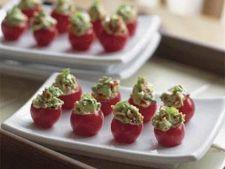 Rosii cherry umplute cu avocado si bacon