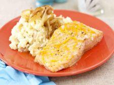 Somon glazurat cu piure de cartofi si ceapa caramelizata