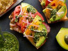 Tartine cu avocado si prosciutto