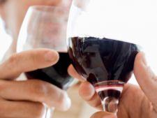 8 motive sa consumi vin rosu