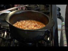 Fasole la cuptor cu bacon si condimente