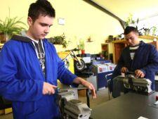 Elevii scolilor profesionale vor primi burse de 200 de lei