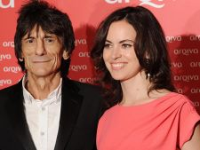 Chitaristul Ronnie Wood de la Rolling Stones s-a logodit cu o femeie mai tanara cu 30 de ani