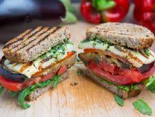Sandwich cu vinete la gratar si ardei copti