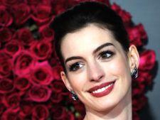 Anne Hathaway va juca in