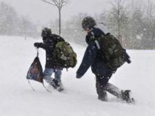 Ninsoarea abundenta inchide zeci de scoli si drumuri din Romania