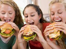 Statistica: 400.000 de romani mananca zilnic produse fast-food
